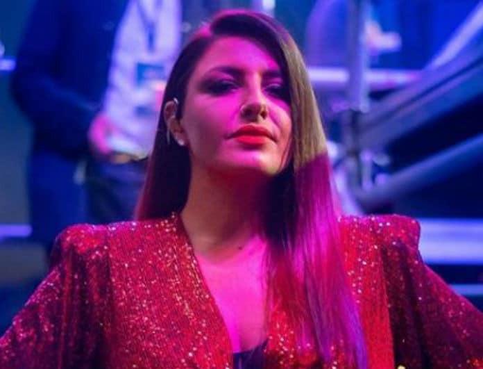"""Έλενα Παπαρίζου: Ανέβηκε στη σκηνή με κόκκινο φόρεμα και """"έλαμψε""""! Ήταν κοντό και κοιτούσαν όλοι τα πόδια της!"""
