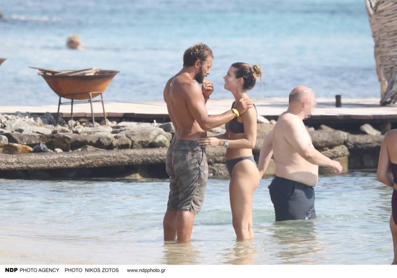 Αγκαλιές και φιλιά ζευγάρι Ελληνικής showbiz