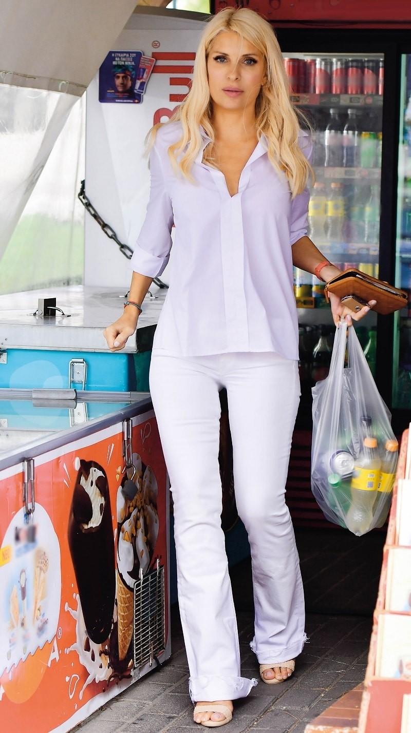 Ελένη Μενεγάκη: Στο περίπτερο με 10ποντο και κολλητό λευκό παντελόνι! Φωτογραφίες μόνο εδώ!