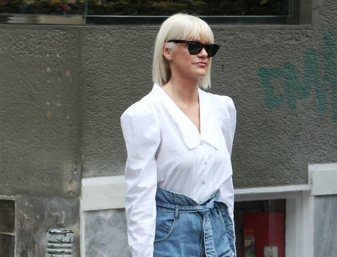 Σάσα Σταμάτη: Βγήκε στο δρόμο με fashionable σύνολο και όλοι κοιτούσαν το κινητό της! Ποιον είχε πάνω;
