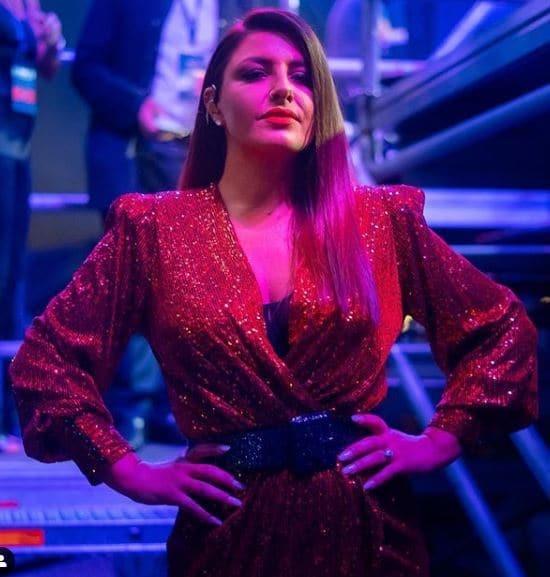 Έλενα Παπαρίζου: Ανέβηκε στη σκηνή με κόκκινο φόρεμα και