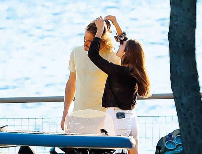 Στέφανος Τσιτσιπάς: Βόλτα στην παραλία με μυστηριώδη συνοδό! Οι φωτογραφίες μόνο εδώ! Δείτε την...
