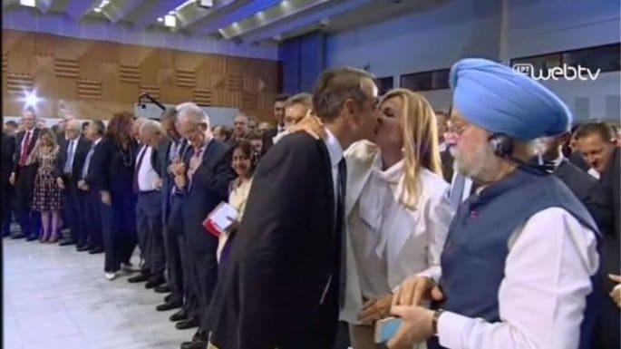 Κυριάκος Μητσοτάκης - Μαρέβα: Το τρυφερό φιλί του ζευγαριού μπροστά στα μάτια όλων!