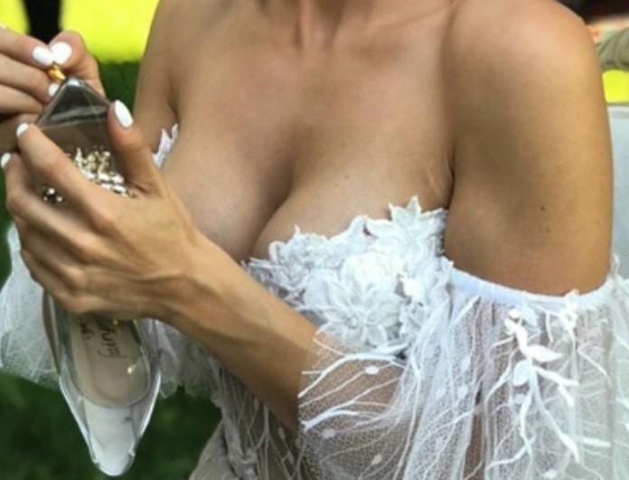 Είναι γεγονός: Παντρεύτηκε γνωστή Ελληνίδα τραγουδίστρια! Το εντυπωσιακό της νυφικό με το ιλιγγιώδες ντεκολτέ!