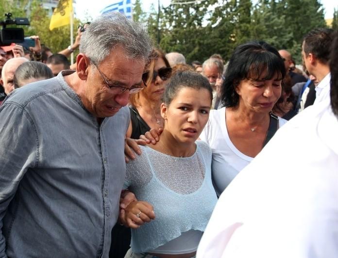 Κηδεία Λαυρέντη Μαχαιρίτσα: Συντετριμμένες η κόρη και η σύζυγος του τραγουδιστή!