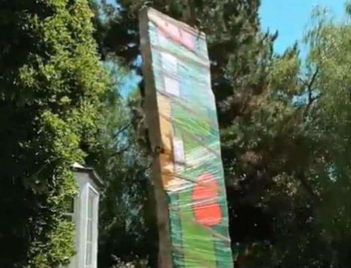 Πασίγνωστο μοντέλο έλαβε από το σύζυγο της δώρο ένα κομμάτι από το Τείχος του Βερολίνου