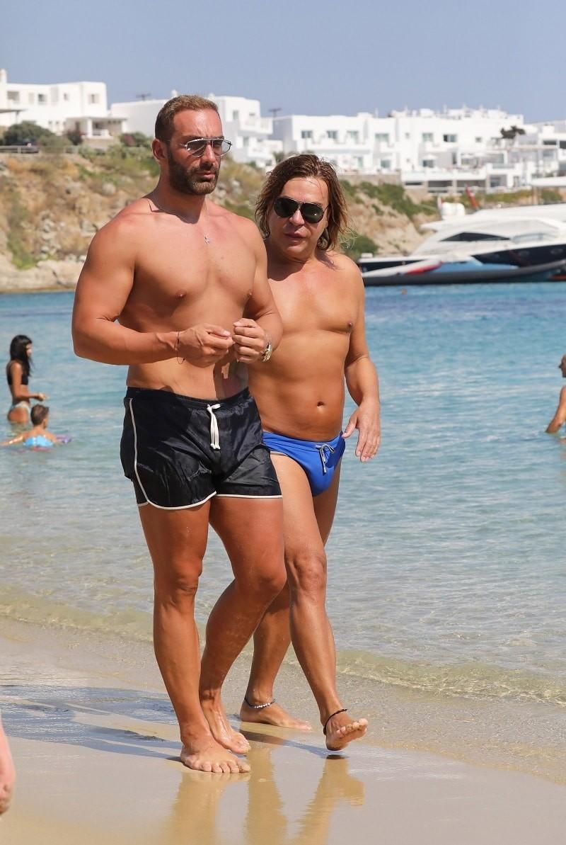 Νίκος Κοκλώνης: Μαζί με τον Τρύφωνα Σαμαρά σε παραλία της Μυκόνου!