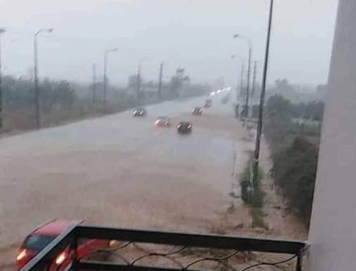Στο έλεος της κακοκαιρίας! Πλημμυρισμένοι δρόμοι, διακοπή ρεύματος και πολλά προβλήματα! (Βίντεο)