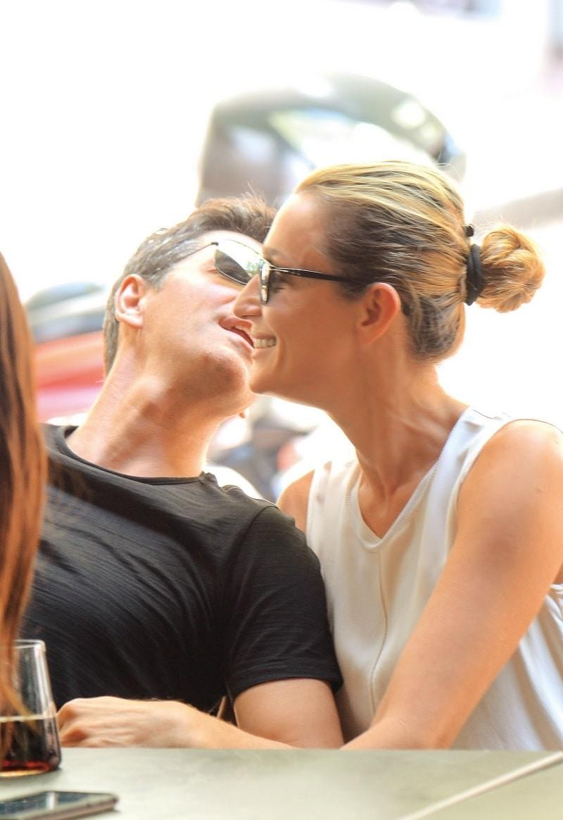 Σάκης Ρουβάς - Κάτια Ζυγούλη: Ρομαντικό ραντεβού στην πλατεία! Οι αγκαλιές και τα φιλιά μπροστά στα μάτια όλων...