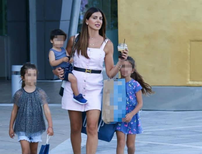 Σταματίνα Τσιμτσιλή: Πήγε σε εμπορικό με ροζ μίνι φόρεμα και τα παιδιά της! Έκλεψε την παράσταση...