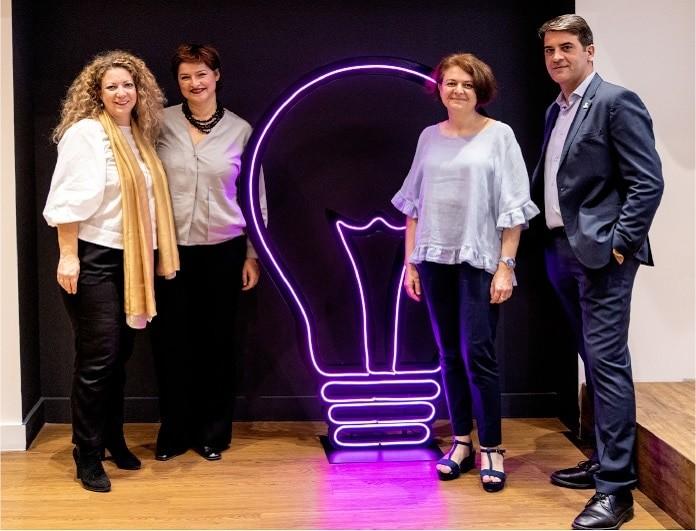 Κάνε ένα #BreastBreak: μια πρωτοβουλία της Avon, με στόχο να ενημερώσει και να βοηθήσει την έγκαιρη διάγνωση του καρκίνου του μαστού, στο πλαίσιο της παγκόσμιας εκστρατείας της PINK LIGHT