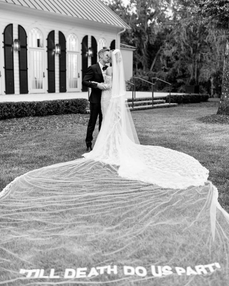 Αγαπημένο ζευγάρι της showbiz ανέβηκε τα σκαλιά της εκκλησίας! Το μονόπετρο της βγάζει μάτι!