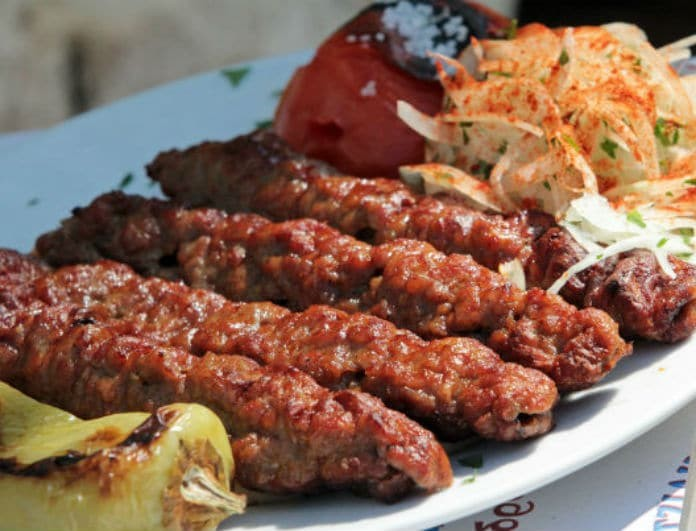 Το κεμπαπτζίδικο στο Μοσχάτο που σχηματίζει ουρές! Λιώνει στο στόμα το κρέας...