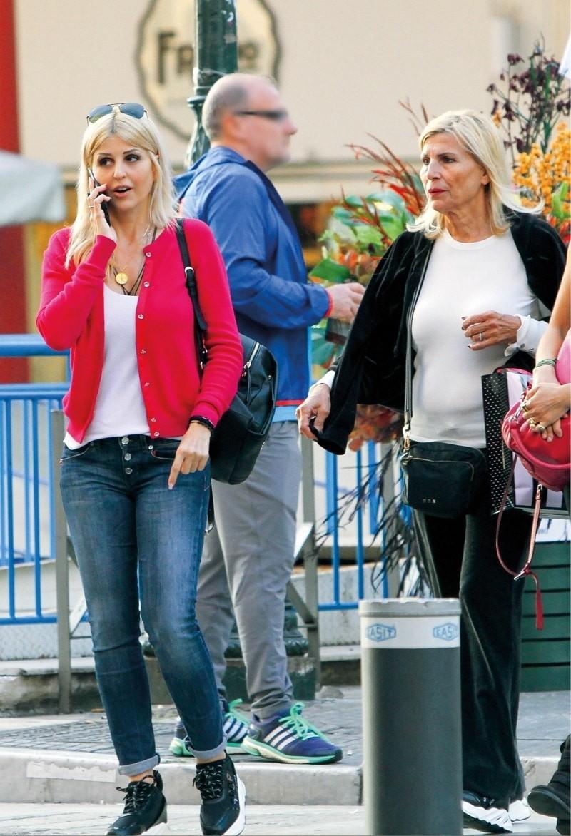 Ελενη Ράπτη: Άβαφη για ψώνια με την μαμά της! Μοιάζουν σαν αδερφές στο πρόσωπο!