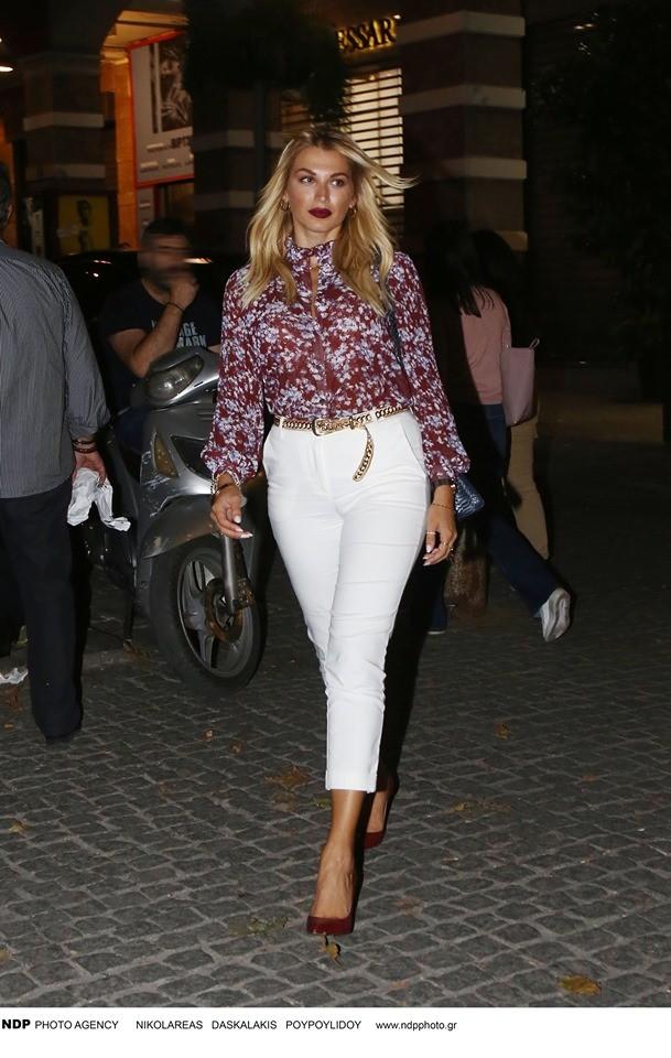Κωνσταντίνα Σπυροπούλου: Έχει μείνει μισή! Το λευκό στενό παντελόνι που πρόδωσε την μεγάλη αλλαγή!