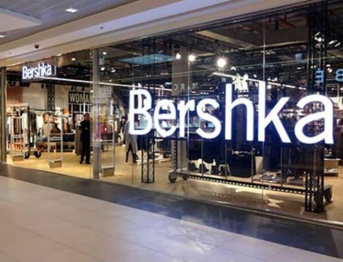 Bershka: Αυτό το φόρεμα είναι από δέρμα και έχει λευκά κουμπιά! Με την έκπτωση κοστίζει μόνο 13,79!