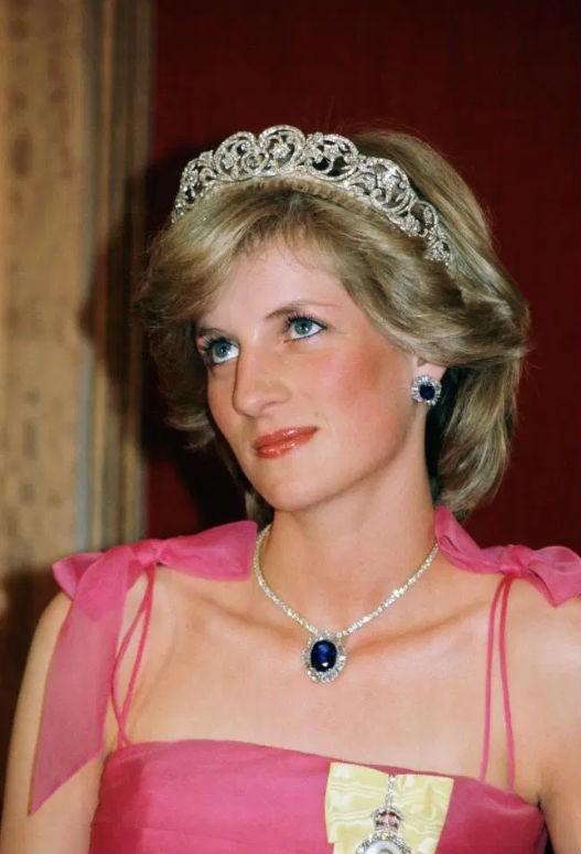 Της τα έδωσε ο William! Φόρεσε τα πανάκριβα ζαφειρένια σκουλαρίκια της Diana! Η Kate το ξανάκανε!