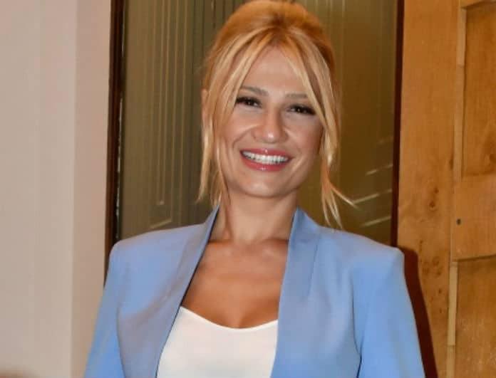 Φαίη Σκορδά: Άντρες και γυναίκες κοιτούσαν το φόρεμά της! Το έβαλε στο Μέγαρο κι έκανε 290 ευρώ...