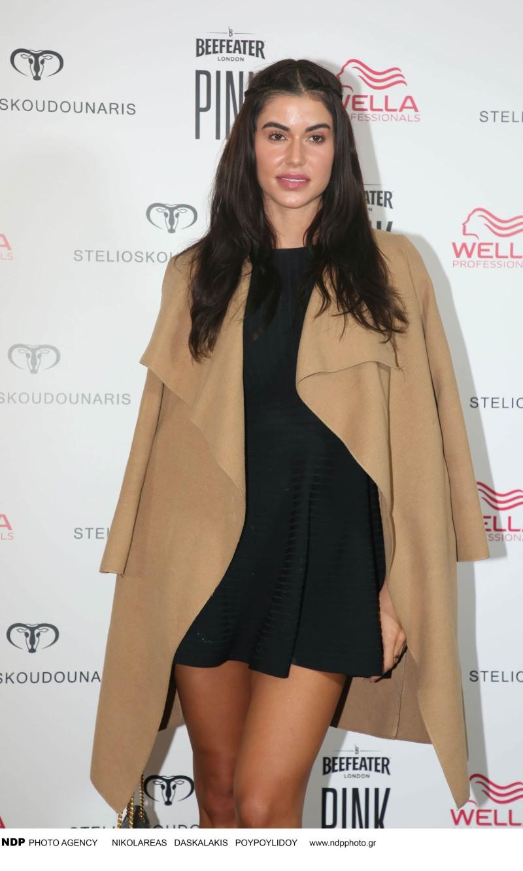 Ιωάννα Μπέλα μαύρο κοντό φόρεμα