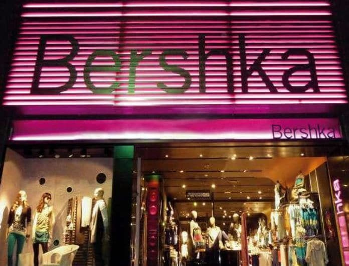 Bershka: Κορίτσια προσοχή! Δεν είναι τζιν αλλά δεν θα το βγάλετε από πάνω σας! Είναι ροζ και θα το πάρετε μόνο 12 ευρώ!