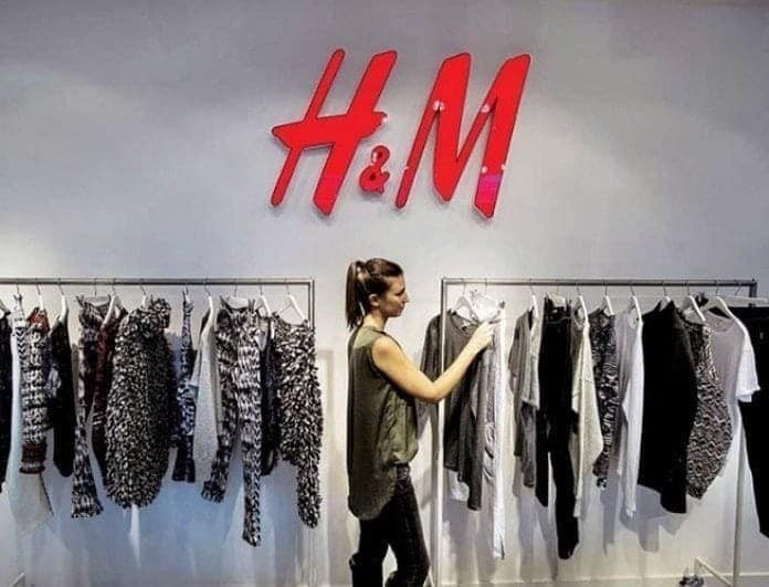 H&M: Αυτό το μαύρο φόρεμα είναι γεμάτο λευκές λεπτομέρειες! Αγόρασε το μόνο με 19,99!