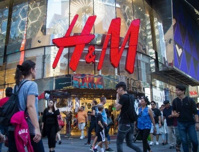 H&M: Αυτή η κόκκινη γούνα βγαίνει σε άλλα τέσσερα χρώματα! Αν δεν την αγοράσεις... χάνεις!