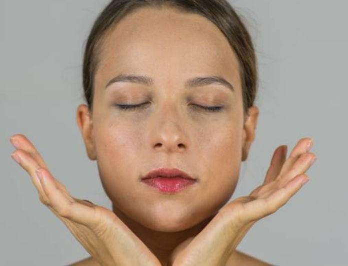 Οι δυο βασικές ασκήσεις για να αποκτήσεις πιο λαμπερό δέρμα με... face yoga!