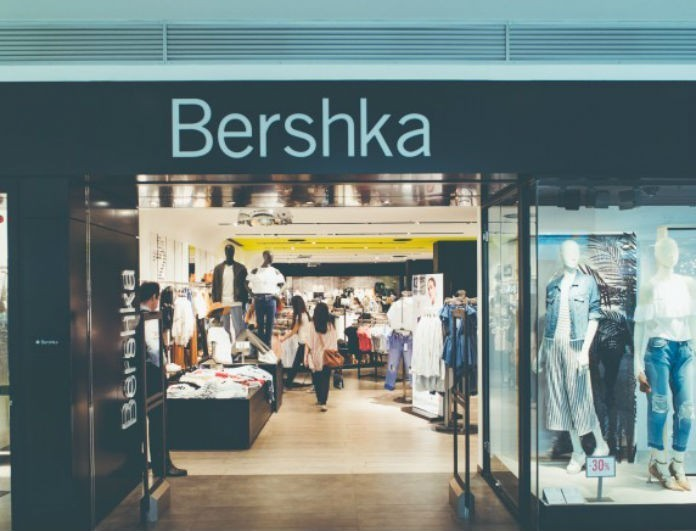 Bershka: Αυτή η κοντή φούστα με κουμπιά θα