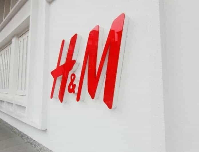 H&M: Με αυτό το παντελόνι θα τους κάνεις όλους να σε κοιτάζουν! Είναι μαύρο και λάμπει ολόκληρο και προκαλεί φρενίτιδα!