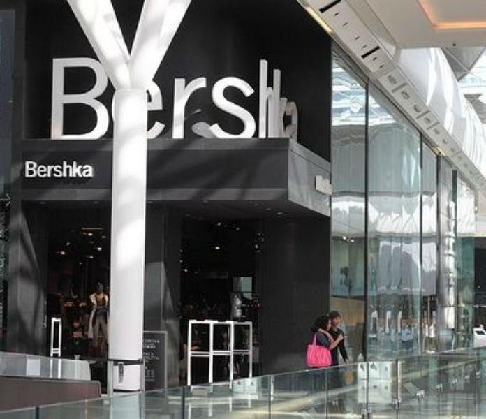 Bershka: Η μαύρη μακριά ολόσωμη φόρμα που θα σε δείχνει πιο αδύνατη