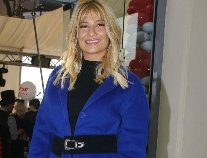 Φαίη Σκορδά: Το πανωφόρι της ήταν μπλε και γεμάτο λάμψη! Έκανε 220 ευρώ και «τσάκισε» ταμία!