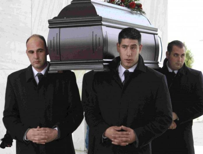 Κηδεία Θάνου Μικρούτσικου: Σύσσωμος ο καλλιτεχνικός και πολιτικός κόσμος! Συγκλονίζει η εικόνα της πρώην συζύγου του!