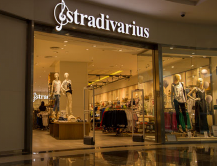 Stradivarius: Το μικροσκοπικό κόκκινο τσαντάκι που κάνει μόνο 15 ευρώ και δεν θα βγάζεις από πάνω σου!