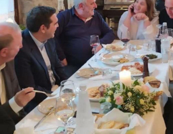 Αλέξης Τσίπρας: Έφαγε ντολμαδάκια, αρνί και γλυκάδια σε ταβέρνα στα Τρίκαλα