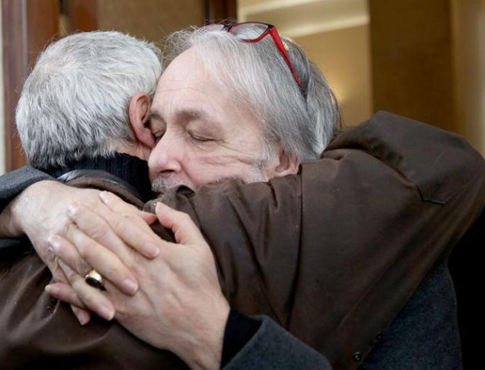 Ανδρέας Μικρούτσικος: Έτοιμος να καταρρεύσει στην κηδεία του αδερφού του! Οι φωτογραφίες «ραγίζουν» καρδιές!