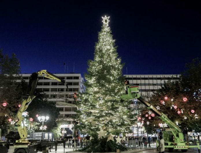 Φόρεσε τα γιορτινά της η Αθήνα! Το δέντρο - υπερπαραγωγή που στήθηκε στο Σύνταγμα!
