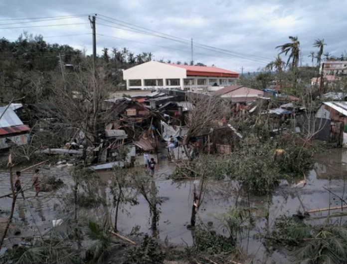 Θρήνος στις Φιλιππίνες: Τυφώνας κατέστρεψε σπίτια! 3 οι νεκροί!