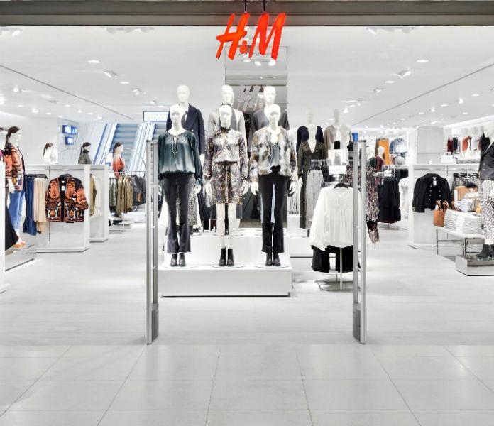 H&M: Το φόρεμα στο χρώμα της «φωτιάς» ξεπουλάει! Κάνουν ουρές οι γυναίκες για να το κάνουν δικό τους!