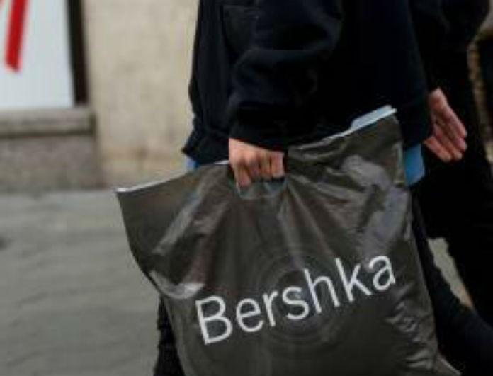 Bershka: Αυτό το μαύρο φόρεμα έχει σκίσιμο μέχρι πάνω και «σκίζει»! Είναι σε έκπτωση, μόνο 7.99 €