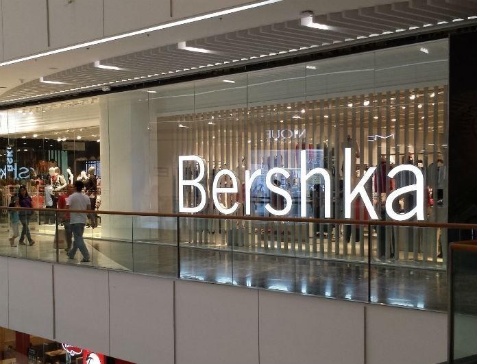 Bershka: Αυτό το φόρεμα είναι κόκκινο και ξυπνάει