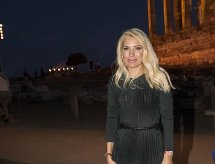 Ελένη Μενεγάκη: Το φόρεμά της είναι μαύρο και διπλώνει! Κάνει τη μέση σου «μισή», ξέρουμε πού θα το βρεις!