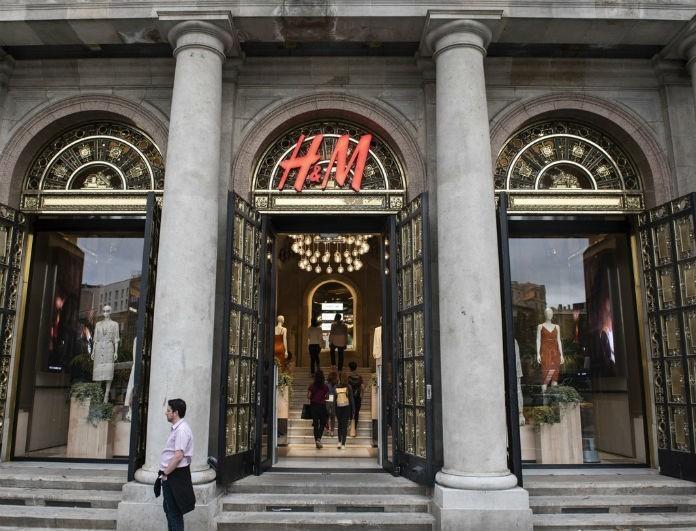 H&M: Αυτό το φόρεμα προκαλεί φρενίτιδα! Είναι η τελευταία τάση της μόδας και κοστίζει λιγότερο από 20 ευρώ!