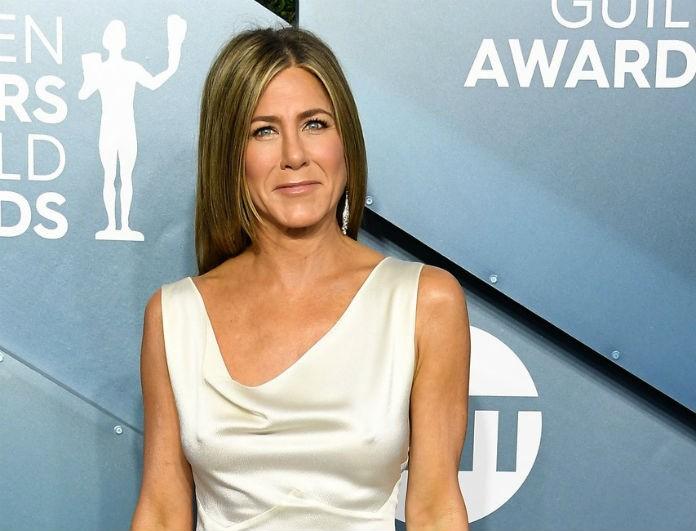 Jennifer Aniston: «Μάγεψε» με την εμφάνιση της στα SAG Awards! Την κοιτούσε αποσβολωμένος ο Brand Pitt!