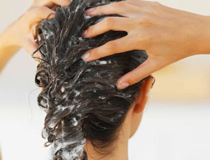Βάλε μαγειρική σόδα στα μαλλιά σου και τρίψε καλά! Αυτό που θα δεις θα σε κάνει Ραπουνζέλ!