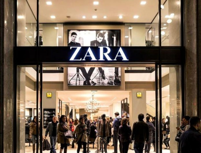 Zara: To φόρεμα αυτό έχει γίνει σχεδόν sold out! Είναι μαύρο με δαντέλα και μοιάζει με...νυχτικό!