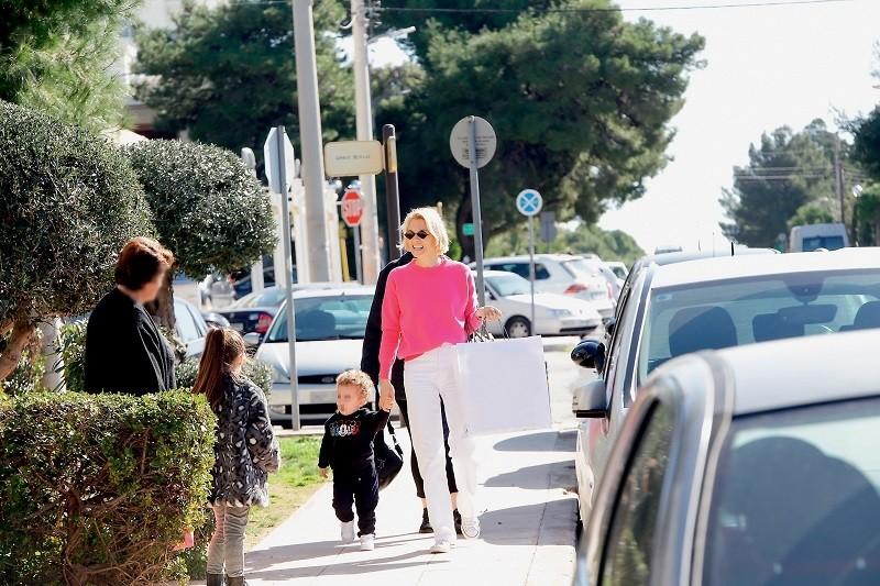 Βίκυ Καγιά: «Ερωτευμένη» με την οικογένειά της! Φωτογραφίες από έξοδο με τον γιο και την κόρη της!