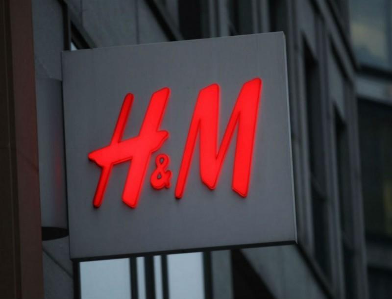 Ουρές για αυτή τη μίνι φούστα στα H&M - Την παίρνεις με 7,99 ευρώ