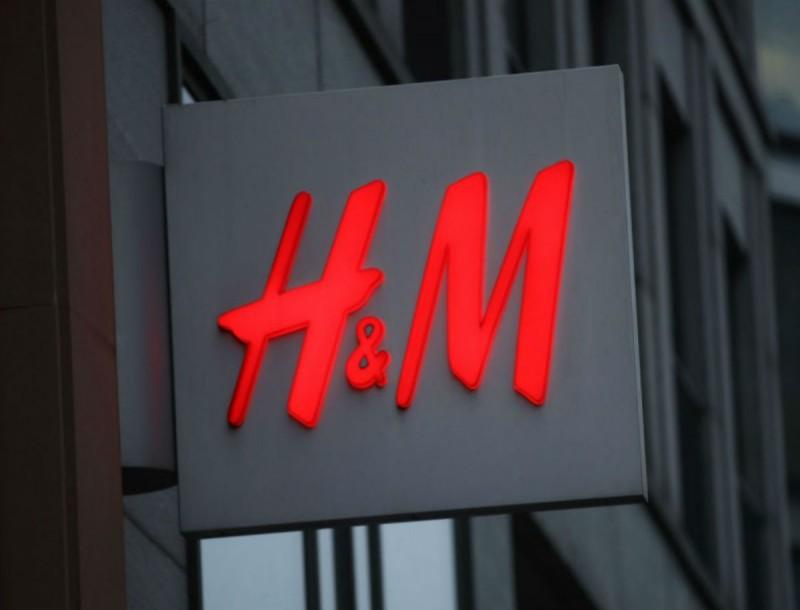 Την μαύρη τσάντα από τα H&M την χρειάζεστε όλες - Είναι πλάτης και χωράει τα πάντα