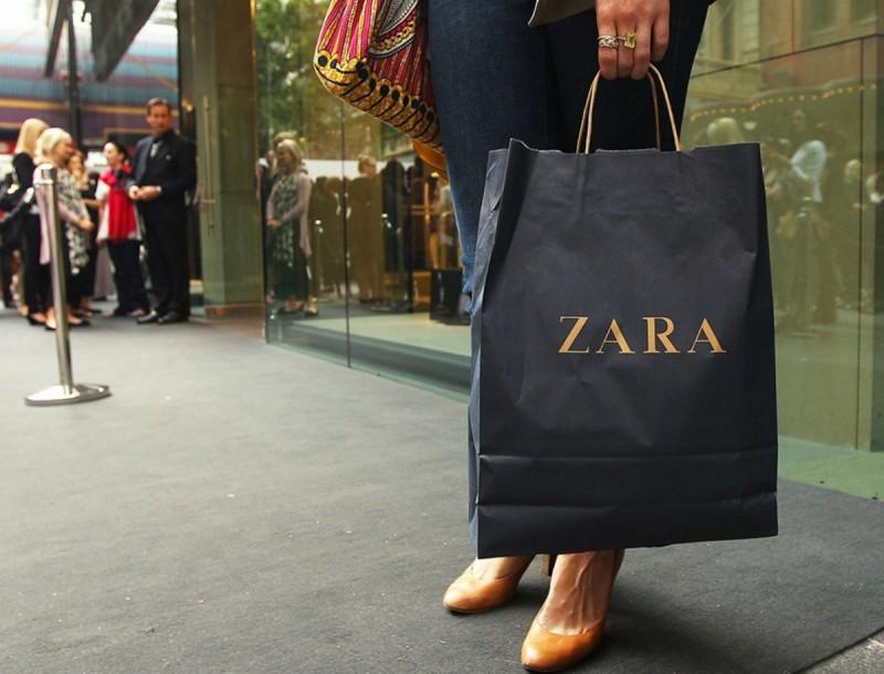 Αυτό το σατέν μαύρο φόρεμα από τα Zara είναι
