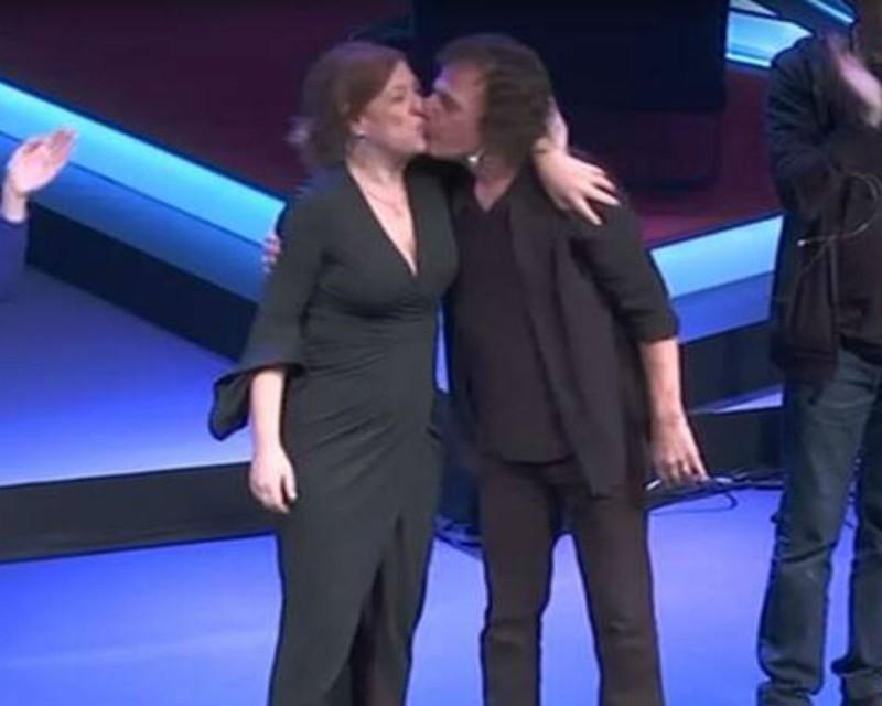 Ελένη Ράντου - Βασίλης Παπακωνσταντίνου: Δέχτηκαν το πιο ζεστό χειροκρότημα και αντάλλαξαν παθιασμένο φιλί στην σκηνή